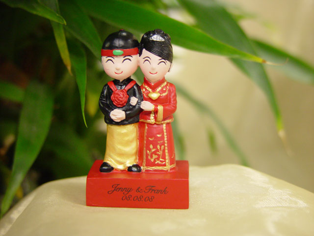H2F2298 Traditional Wedding couple on red stand