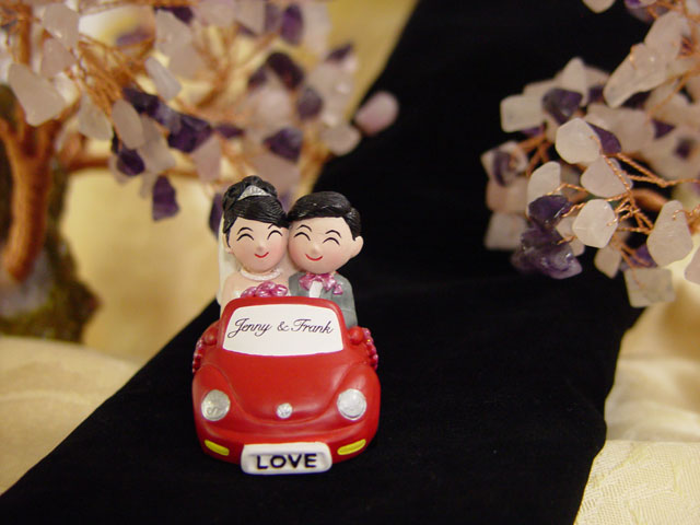 H2F2313 Wedding Couple on Beetle figurine