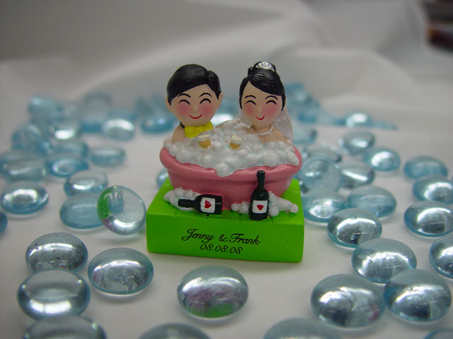 H2F2325 Wedding Couple in Bathtub figurine